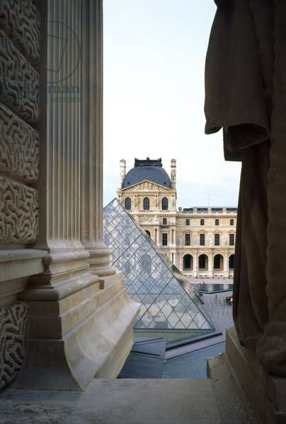 Pavillon Denon with the pyramid of the Louvre Grand Louvre, Rue de Rivoli and quai des Tuileries, Paris 75001. Architecture of Leoh Ming Pei in association with Michel Macary and Jean-Michel Wilmotte, 1983-2001. Pavillon Denon with the Louvre pyramid from the roofs of the Richelieu wing (1983-1989).