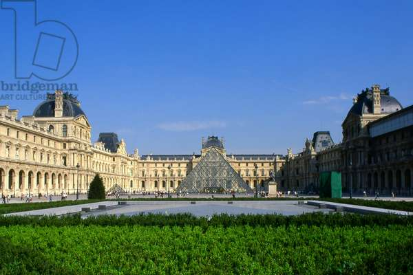 The pyramid of the Louvre. Le Grand Louvre, Cour Napoleon Paris. Architects Ieoh Ming Pei in association with Michel Macary and Jean Michel Wilmotte, realisation 1983-2001. Photography 2001