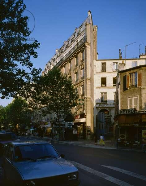Corner building rue des Pyrenees, Paris.