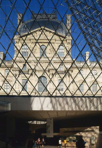 The Louvre Museum (Grand Louvre), Rue de Rivoli and Quai des Tuileries, Paris 75001. Architecture of Ieoh Ming Pei in association with Michel Macary and Jean-Michel Wilmotte, between 1983-2001. In 1981, Francois Mitterrand commissioned Ieoh Ming Pei to arrange the Grand Louvre. In particular, it was a matter of altering the spaces that Napoleon III had built for the ministries and which had been occupied by the Ministry of Finance at that time. Here, view of the Richelieu Pavilion from the Napoleon Hall of the Louvre Pyramid
