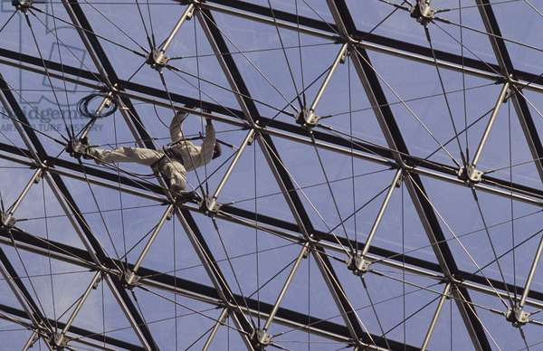 Detail of the structure of the pyramid of the Louvre, Grand Louvre, Rue de Rivoli and quai des Tuileries, Paris 75001. Architecture of Ieoh Ming Pei in association with Michel Macary and Jean-Michel Wilmotte, 1983-2001. Photography 1989. Detail on the glass of the pyramid of the Louvre