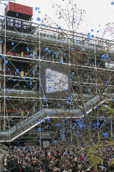 """Lacher of 1001 blue balloons, Yves Klein's aerostatic culture at the Georges Pompidou Centre in 2007. Photography 21/01/07. As part of the retrospective devoted to Yves Klein, Centre Georges Pompidou set up a release of 1001 blue balloons on 27 January 2007. A reiteration of """""""" the Aerostatic Sculpture"""""""", launched for the first time in May 1957 in the skies of Paris on the occasion of the opening of two exhibitions of his works."""