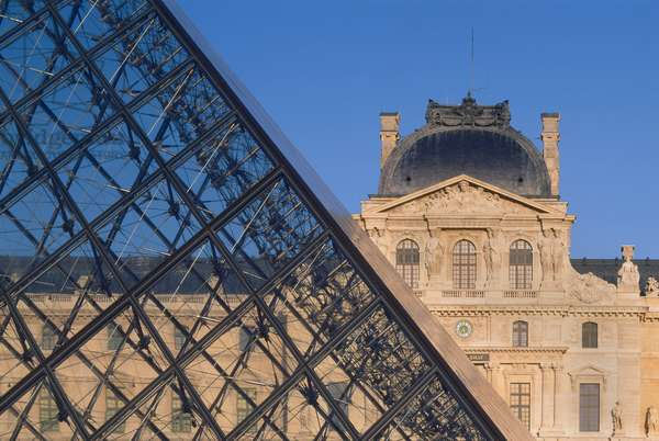 The Pyramid of the Louvre Grand Louvre, Rue de Rivoli and Quai des Tuileries, Paris 75001. Architecture of Ieoh Ming Pei in association with Michel Macary and Jean-Michel Wilmotte, 1983-2001. View of the pyramid with in the background the Sully Detail Pavilion on the steel mesh of the pyramid with 603 diamonds and 70 triangles of glass and aluminum.