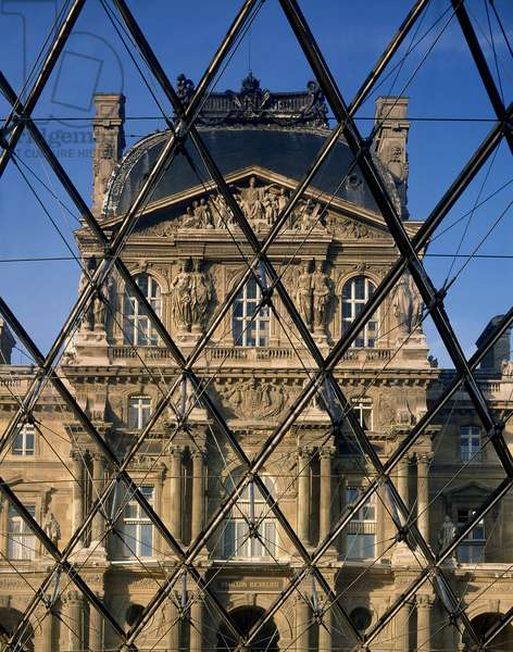 The Louvre Museum (Grand Louvre), Rue de Rivoli and Quai des Tuileries, Paris 75001. Architecture of Ieoh Ming Pei in association with Michel Macary and Jean-Michel Wilmotte, between 1983-2001. View of the Richelieu Pavilion, in the courtyard Napoleon through the pyramid. Detail on the steel mesh of the pyramid with 603 diamonds and 70 triangles of glass and aluminum. ©Collection Artedia/Pei Leoh Ming Rice Peter/Artedia/Leemage - Attention: Prior authorization before use is mandatory. Contact the Museum Information Bank: 01 40 20 53 17 or info@louvre.fr