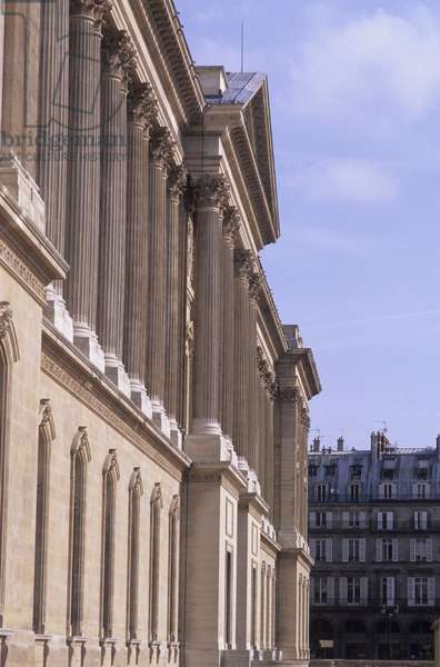 """The colonnade of the Musee du Louvre, Grand Louvre, Rue de Rivoli and quai des Tuileries, Paris 75001. Architecture of Leoh Ming Pei in association with Michel Macary and Jean-Michel Wilmotte, 1983-2001. Photography 1998. Detail of the wing of the Colonnade overlooking Rue du Louvre. Built under Louis XIV after a project established in 1647 by the small council"""""""" form of Le Vau, Lebrun and Perrault and executed alone by Claude Perrault in 1667."""