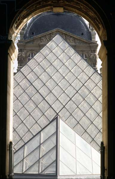 La pyramide du Louvre, Grand Louvre, Rue de Rivoli and quai des Tuileries, Paris 75001. Architecture of Ieoh Ming Pei in association with Michel Macary and Jean-Michel Wilmotte, 1983-2001. Photography 1989. The Pyramid of the Louvre in the Napoleon Court