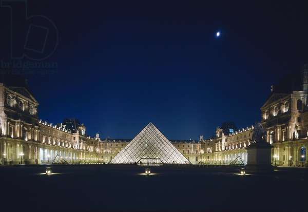 The Louvre Museum (Grand Louvre), Rue de Rivoli and Quai des Tuileries, Paris 75001. Architecture of Leoh Ming Pei in association with Michel Macary and Jean-Michel Wilmotte, between 1983-2001. In 1981, Francois Mitterrand commissioned Ieoh Ming Pei to arrange the Grand Louvre. In particular, it was a matter of altering the spaces that Napoleon III had built for the ministries and which had been occupied by the Ministry of Finance at that time. Here, view of the Napoleon Court, at night, with the pyramid in the center.