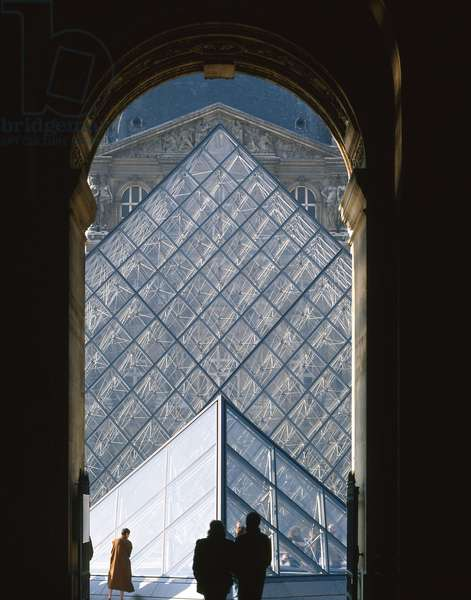 The Louvre Museum (Grand Louvre), Rue de Rivoli and Quai des Tuileries, Paris 75001. Architecture of Ieoh Ming Pei in association with Michel Macary and Jean-Michel Wilmotte, between 1983-2001. View of the Pyramid of the Louvre in the Cour Napoleon