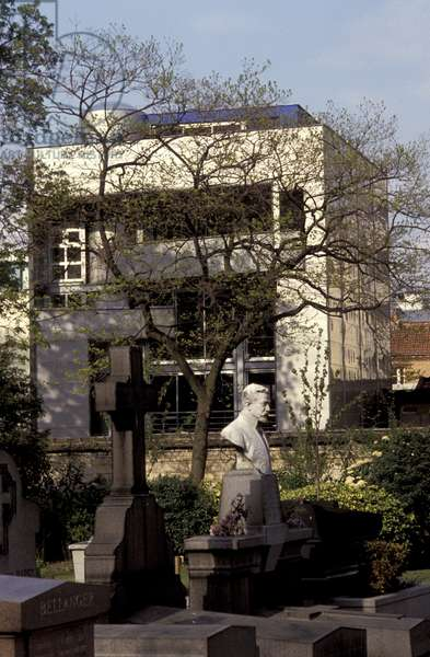 Parisian house, rue des Rondeaux, Paris 75020. View of the house from the cemetery of Pere Lachaise. Architecture by Christophe Lab, 1991. Photography 1991