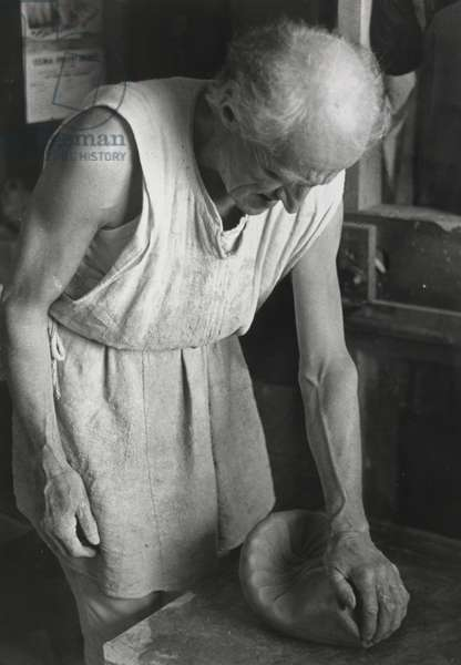 Untitled [Michael Cardew kneading a ball of clay], 1968 (b/w photo)