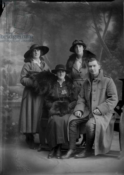 Group Portrait, 1914-20 (b/w photo)