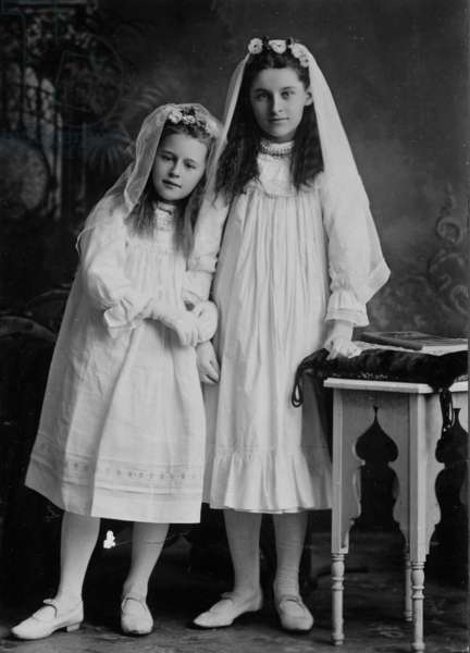 Portrait of two girls, Auckland, New Zealand, c.1910 (gelatin silver print)