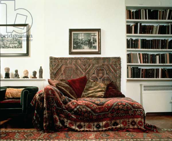 Analytic couch in Sigmund Freud's study (photo)