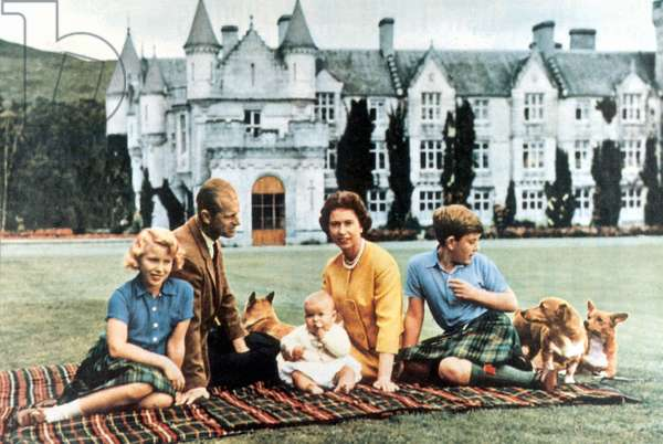 Queen Elizabeth II with her family, 1960 (photo)