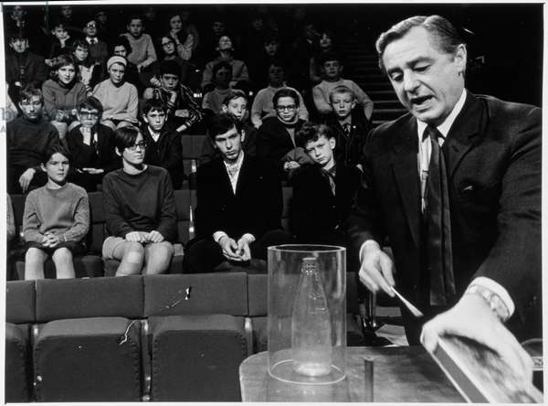 George Porter (1920-2002) Delivering the Christmas Lectures at the Royal Institution, 1976-77 season, 1976 (b/w photo)
