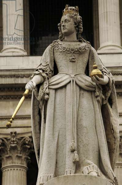 Statue of Queen Anne in front of St. Paul's Cathedral, London, UK (photo)
