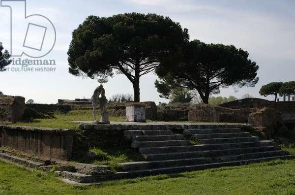 Ostia Antica. Temple of Hercules. 2nd and 1st centuries BC. Altar and statue of C. Cartilius Poplicola. Italy.