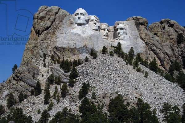 United States. Mount Rushmore National Memorial. Heads of the United States's presidents carved into Mount Rushmore. From left to right, George Washington, Thomas Jefferson, Theodore Roosevelt and Abraham Lincoln. 1927-1941. By Gutzon and Lincoln Borglum. Keystone.