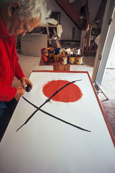 Alexander Calder painting, Saché, France, 1967 (photo)