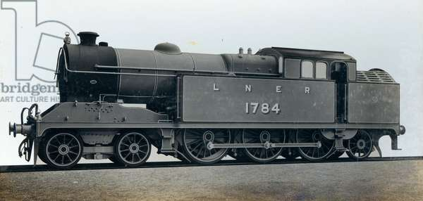 An image of a passenger locomotive, one of 13 ordered by the London & North Eastern Railway Company in 1924 (photo)