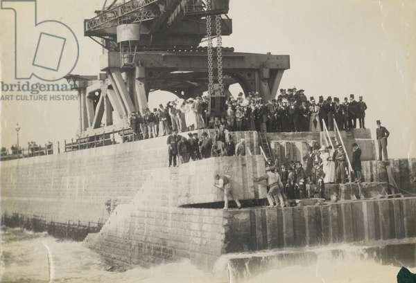 Laying a 45 ton block on Roker Pier, 1895 (b/w photo)