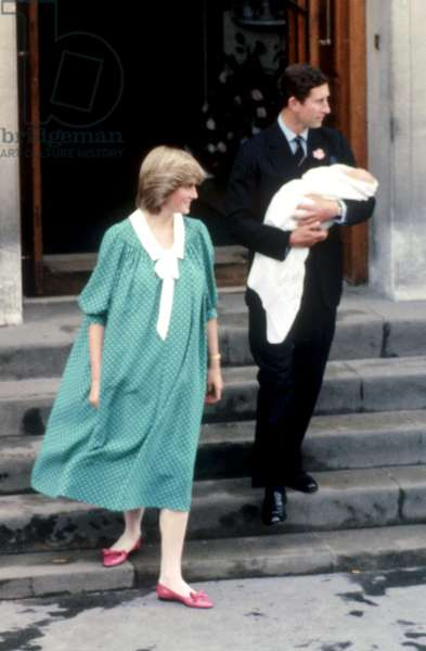 Prince Charles ( The Prince of Wales ) and Diana Princess of Wales leave hospital with their new baby Prince William after his birth on 21st June 1982 *** Local Caption *** 01144198