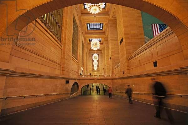 USA, New York, Manhattan, Grand Central Terminal, people walking through corridor