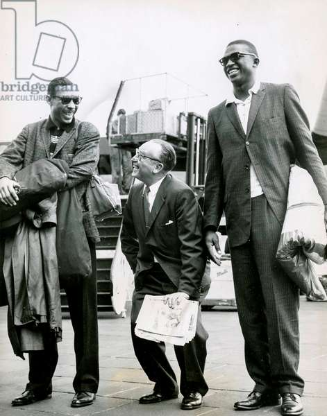 Harold Lloyd Between Two Players of  the Harlem Globetrotters, Berlin, 60S (b/w photo)