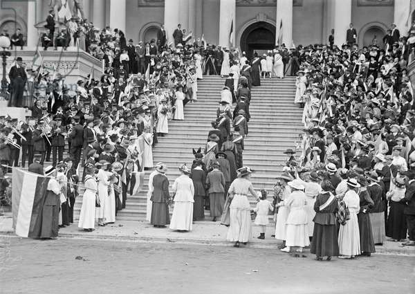 Woman's suffrage protest at the Capitol, 1917