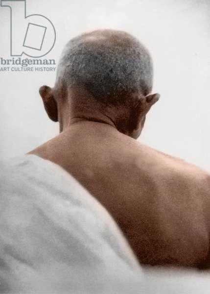 "Mohandas Karamchand Gandhi dit Mahatma Gandhi (1869-1948), leader politique et spirituel indien lors de la priere du soir a Palm Bun, Bombay, mai juin 1944 - Mahatma Gandhi during an evening prayer at """"Palm Bun"""", Juhu Beach, Bombay, May/June 1944. ©Dinodia/Uig/Leemage"