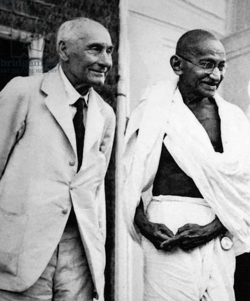 Frederick Pethick-Lawrence meets Mahatma Gandhi in 1946