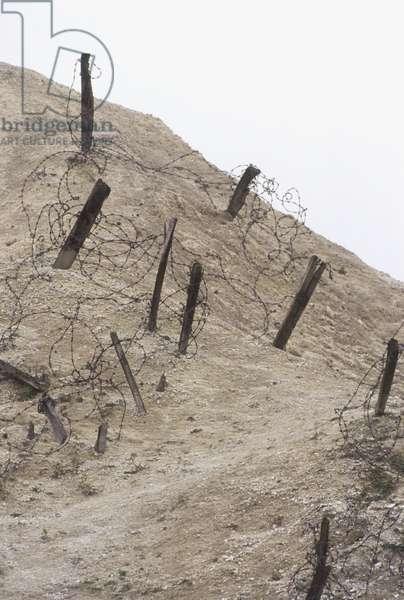 France, Champagne, Fort de la Pompelle, barbed wire and posts ©Neil Lukas/Dorling Kindersley/UIG/Leemage