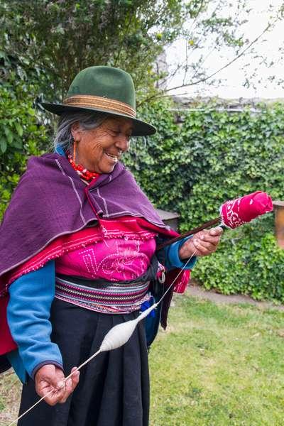 Old woman spinning cotton at Hacienda San Agustin de Callo (photo)