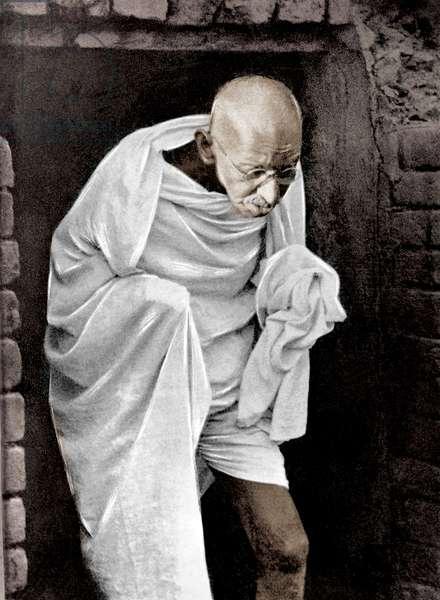 Mohandas Karamchand Gandhi dit Mahatma Gandhi (1869-1948), leader politique et spirituel indien, quiittant une maison lors de sa marche pour la Paix, a Bihar, 20 mars 1947 - Mahatma Gandhi leaving a building during his peace march in Bihar, March 20, 1947.©Dinodia/Uig/Leemage