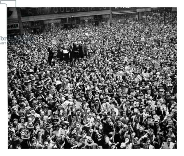 Crowd gathers in New York, USA, to celebrate the end of World war two