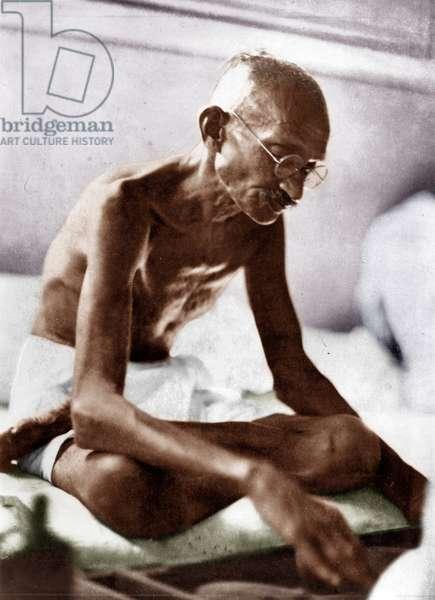 Mohandas Karamchand Gandhi dit Mahatma Gandhi (1869-1948), leader politique et spirituel indien, filant a Mani Bhavan, Bombay (Inde), 1929 - Mahatma Gandhi spinning at Mani Bhavan , Bombay, 1929. ©Dinodia/Uig/Leemage