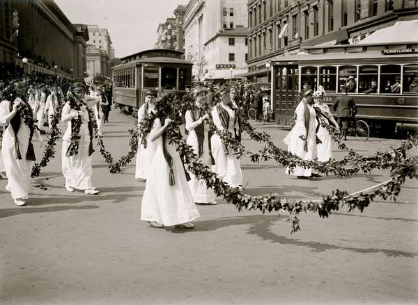 Women with Festoons march in DC Parade 1914 (photo)