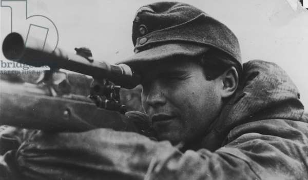 These are the snipers of the eastern front. Here, a 19-year-old sharpshooter of the Fallschrim-panzerkorps 'Hermann Goering', 1942 (b/w photo)