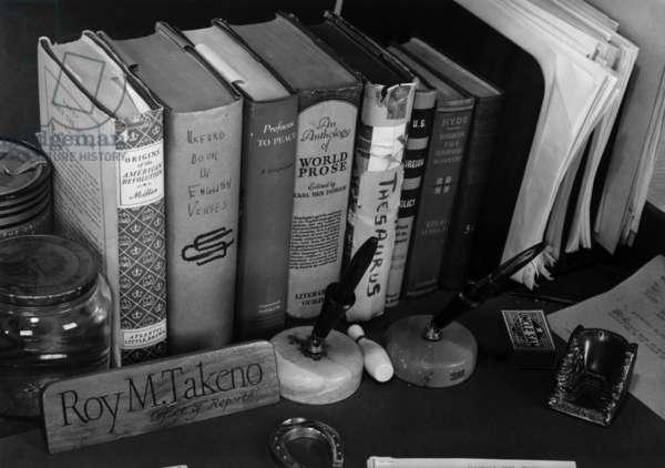 Roy Takeno's desk, Manzanar Relocation Center, California, 1943 (photo)