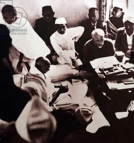 Mualana Azad with Mahatma Gandhi during his hunger strike, India
