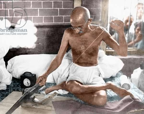 Mohandas Karamchand Gandhi dit Mahatma Gandhi (1869-1948), leader politique et spirituel indien, au rouet dans sa maison de Bhangi, New Delhi, juillet 1940 - Mahatma Gandhi at the spinning-wheel in his hut in Bhangi Colony, New Delhi, c. July 1940. ©Dinodia/Uig/Leemage