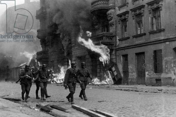 A patrol of SS men on Nowolipie Street, 1943