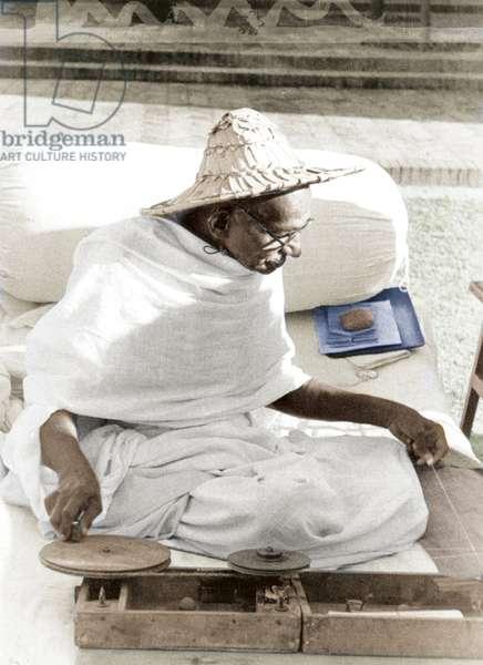 Mohandas Karamchand Gandhi dit Mahatma Gandhi (1869-1948), leader politique et spirituel indien filant dansle jardin de Birla Bhavan (Gandhi Smriti), novembre 1947 - Mahatma Gandhi spinning in the garden of Birla House, New Delhi, November 1947. ©Dinodia/Uig/Leemage