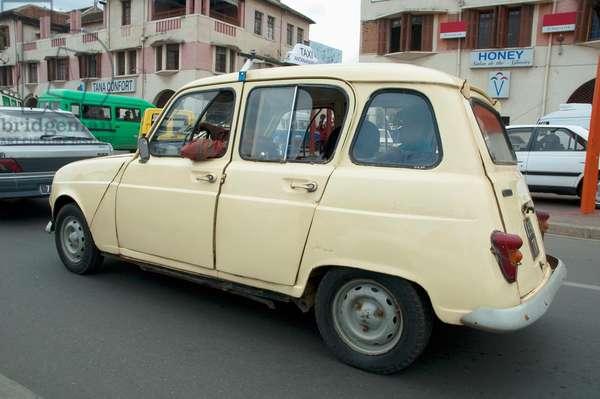 Old Renault on Avenue De L'ind (photo)