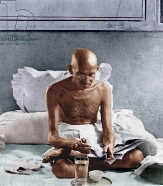 Mohandas Karamchand Gandhi dit Mahatma Gandhi (1869-1948), leader politique et spirituel indien prenant son petit dejeuner a 6h45 a Mani Bhavan, Bombay, 1929 - Mahatma Gandhi having breakfast at 6:45am at Mani Bhavan , Bombay, 1929. ©Dinodia/Uig/Leemage