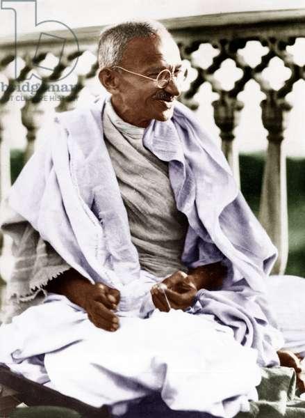 Mohandas Karamchand Gandhi dit Mahatma Gandhi (1869-1948), leader politique et spirituel indien, lors d'une reunion du comite de travail, a Swaraj Bhavan (Inde), 1931 - Mahatma Gandhi during the Working Committee meeting at Swaraj Bhavan, Allahabad, January 31, 1931. ©Dinodia/Uig/Leemage