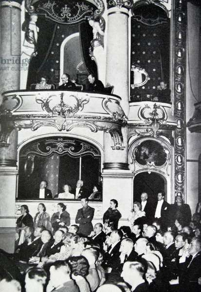 King Haakon at the national theatre, 1945