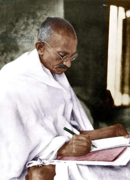 Mohandas Karamchand Gandhi dit Mahatma Gandhi (1869-1948), leader politique et spirituel indien, ecrivant 1930 - Mahatma Gandhi writing, 1930. ©Dinodia/Uig/Leemage