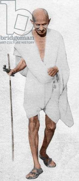 Mohandas Karamchand Gandhi dit Mahatma Gandhi (1869-1948), leader politique et spirituel indien, quittant l'exposition de la Commission industrielle des Khadi et Villages, du 53eme Congres national indien a Jendha Chowk, Ramgarh, 19 mars 1940 - Mahatma Gandhi leaving the All-India Khadi and Village Industries exhibition at the 53rd Indian National Congress in Jendha Chowk at Ramgarh, March 19, 1940. ©Dinodia/Uig/Leemage