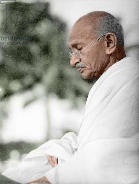 Mohandas Karamchand Gandhi dit Mahatma Gandhi (1869-1948), leader politique et spirituel indien, en priere, mai juin 1944 - Mahatma Gandhi during prayer, May/June 1944. ©Dinodia/Uig/Leemage